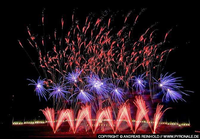 Wunderschöne Feuerwerksspitzen mit blauer Zwischenebene.